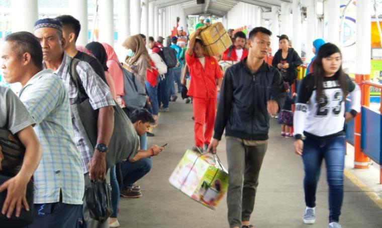 Para pemudik tujuan Sumatera hendak menuju kapal. (Foto: TitikNOL)