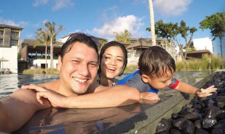 Pasangan keluarga bahagia Titi Kamal dan Christian Sugiono. (Dok: Kapanlagi)