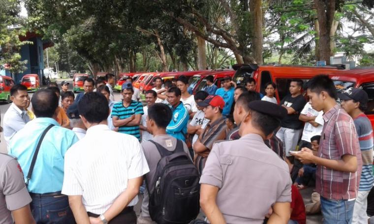 Puluhan sopir angkot jurusan Kalijaga - Ona yang dikawal ketat pihak Kepolisian saat meggelar aksi mogok. (Foto: TitikNOL)