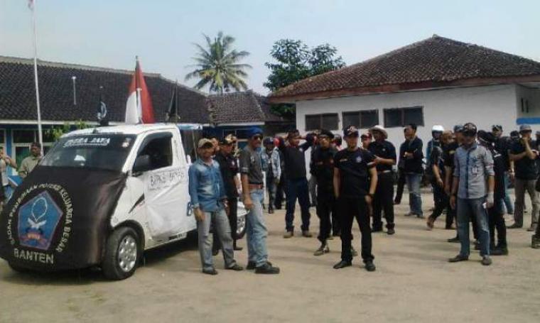 Sejumlah Ormas saat melakukan aksi unjuk rasa di depan kantor kecamatan Bayah. (Foto:TitikNOL)