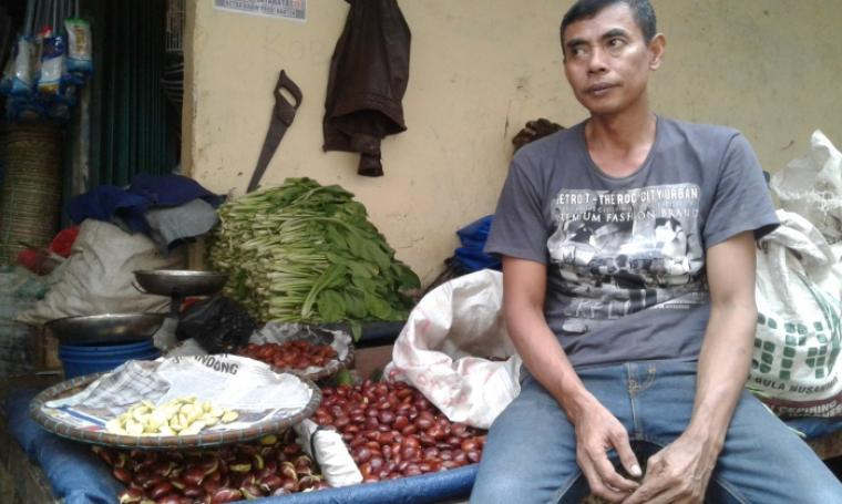 Salah satu pedagang jengkol di Pasar Tradisional Rangkasbitung saat mengungkapkan kenaikan harga jengkol kepada wartawan. (Foto: TitikNOL)