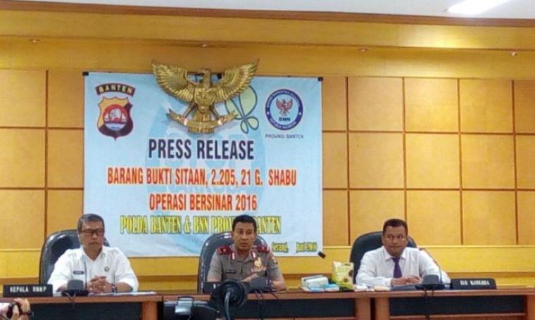 Polda Banten dan BNN Provinsi Banten saat Press Release dengan menunjukan barang bukti dari hasil selama Operasi Bersinar 2016. (Foto: TitikNOL)