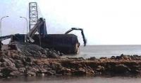 Warga Sumur Wuluh, Kelurahan Gerem, Kecamatan Grogol saat mendatangi pabrik PT Dover Chemical. (Foto: TitikNOL)
