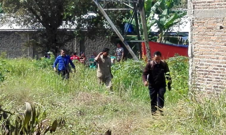Sejumlah petugas gabungan Satreskrim Polres Cilegon dan Diasaster Victim Identification (DVI) Polda Banten saat berada di makam Maureend Dwi Asmarani untuk melakukan pembongkaran. (Foto: TitikNOL)
