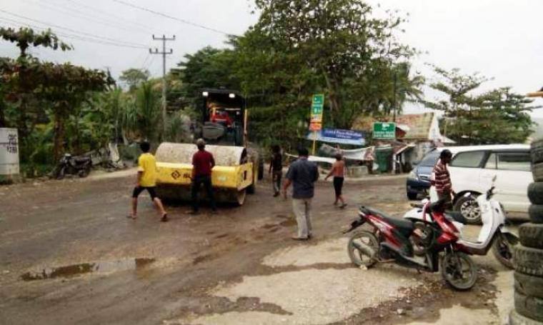 Sejumlah warga saat melakukan aksi penghentian paksa kendaraan berat milik PT Cemindo Gemilang di Kampung Cibayawak, Desa Darmasari, Kecamatan Bayah, Kabupaten Lebak, Kamis (28/7/2016) (Foto: TitikNOL