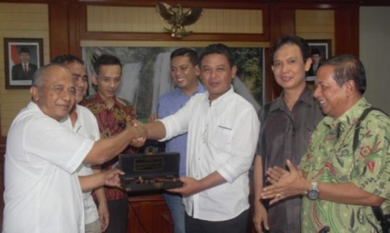 Sekretaris Komisi IV DPRD Provinsi Banten, Thoni Fhatoni Mukson menerima cinderamata dari Kepala BLHD Provinsi Jabar, Anang Sobarna di kantornya. (Dok: humas dprd)