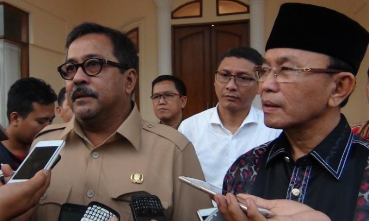 Gubernur Banten Rano Karno dan Ahmad Taufik Nuriman saat dimintai keterangan oleh wartawan usai pertemuan tertutup di rumah dinas Gubernur Banten, Selasa (26/7/2016). (Foto: TitikNOL)