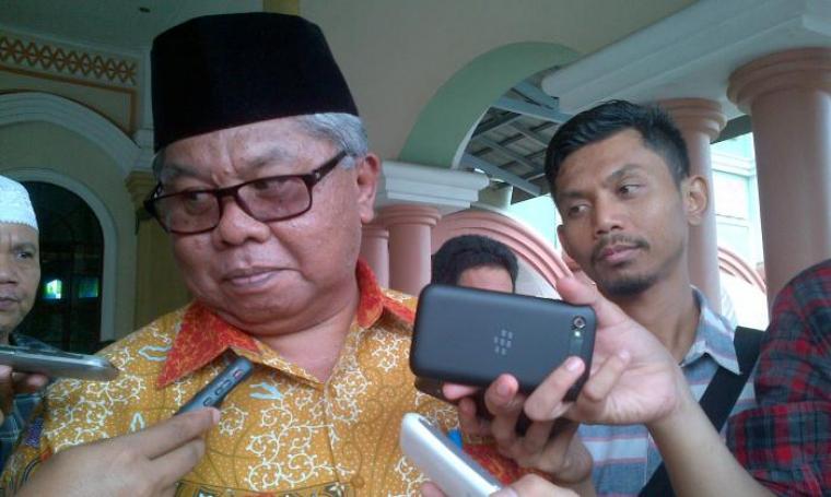 Kepala Bappeda Banten Hudaya Latuconsina menjelaskan mengenai progres rencana pembangunan Tol Serang-Panimbang, di Masjid Raya Albantani, Jumat (15/6/2016). (Foto: TitikNOL)
