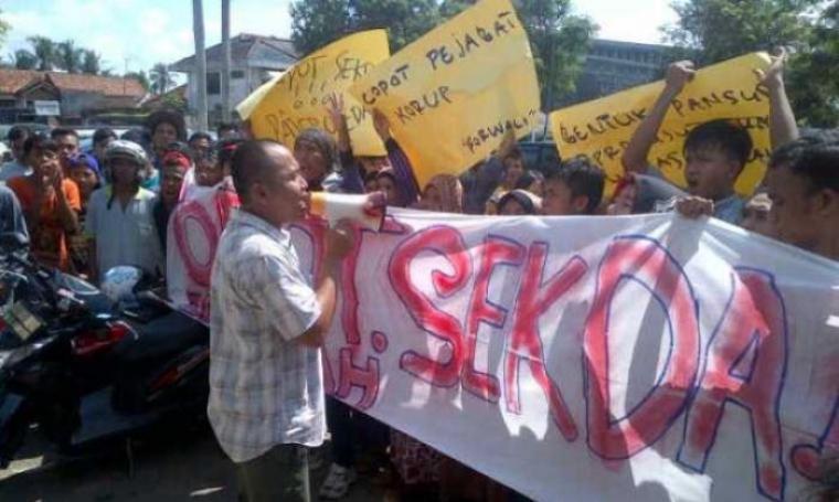 Puluhan elemen masyarakat saat berunjuk rasa di depan gedung DPRD Kabupaten Lebak meminta Sekda Lebak, Dede Jaelani untuk dicopot. (Dok: TitikNOL)