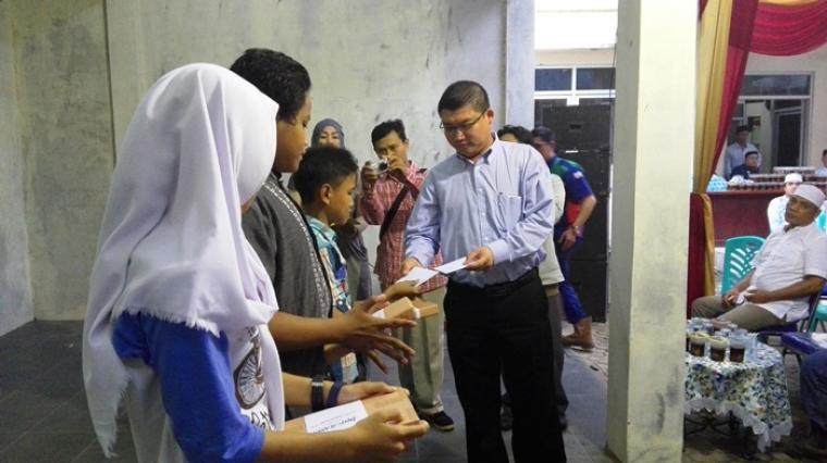 Direktur Umum PT Indoferro, Suwandi saat memberikan santunan. (Foto:TitikNOL)