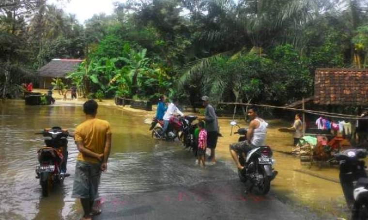 Sejumlah warga yang terendam banjir terpaksa mengungsi ke kantor desa setempat dan hanya bisa menunggu sampai air surut. (Foto: TitikNOL)