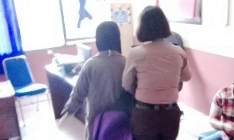 Salah satu wanita berjilbab saat digelandang petugas Mapolres Cilegon untuk dimintai keterangan. (Foto: TitikNOL)