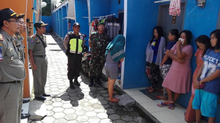 Petugas saat melakukan pemeriksaan kepada sejumlah penghuni kontrakan di Kelurahan Kedaleman, Kecamatan Cibeber, Kota Cilegon, Kamis (21/7/2016). (Foto: TitikNOL)
