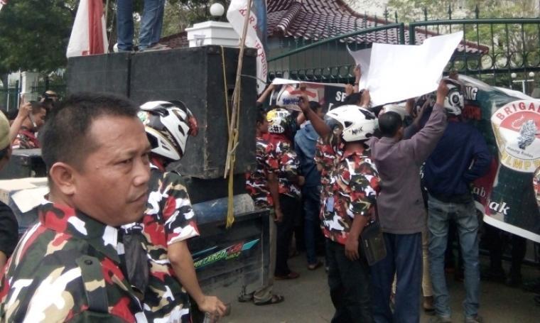 Puluhan massa yang tergabung di Forum Bersama Laskar Merah Putih dan LSM Benteng Aspirasi Rakyat saat menggelar aksi unjuk rasa di halaman Kantor Bupati Lebak. (Foto: TitikNOL)