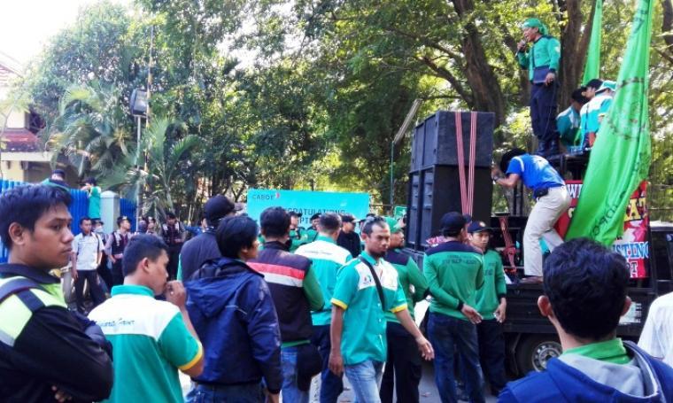 Ratusan buruh saat menggelar aksi unjuk rasa di depan pintu masuk PT Cabot Indonesia, Kota Cilegon, Kamis (28/7/2016). (Foto: TitikNOL)