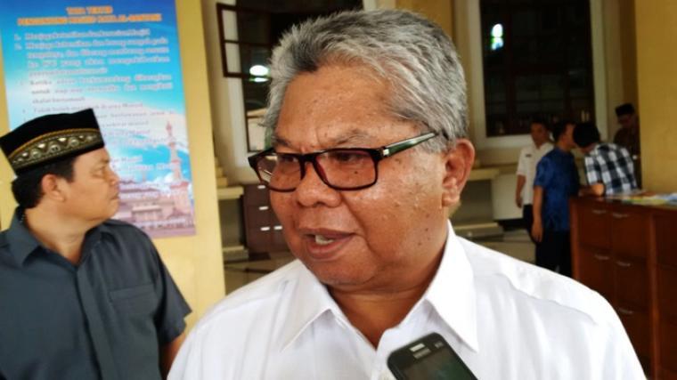 Kepala Bappeda Banten Hudaya Latuconsina, memberikan penjelasan mengenai serapan anggaran bankeu triwulan II-2016, ditemui seusai Salat Jumat di Masjid Raya Albantani, KP3B. (Foto:TitikNOL)