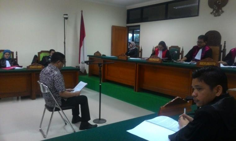 Terdakwa kasus suap Bank Banten, FL Tri Satya Santosa saat menjalani sidang di Pengadilan tindak Pidana Korupsi (Tipikor) pada Pengadilan Negeri (PN) Serang. (Foto: TitikNOL)