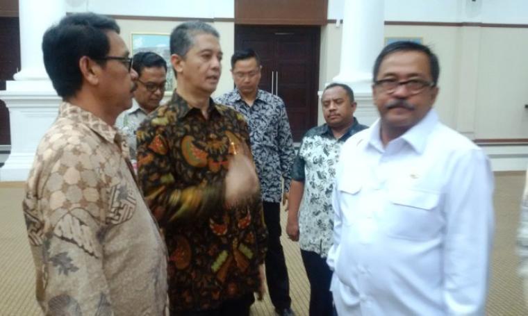 Gubernur Banten Rano Karno berbincang dengan perwakilan Bank Pundi dan Sekda Banten Ranta Soeharta, seusai rapat membahas progres akuisisi Bank Banten, di Pendopo Gubernur. Foto: TitikNOL)