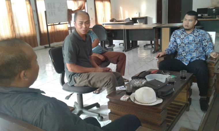 Kepala Gudang Bulog Malingping, Rizal (tengah) saat memberikan penjelasan kepada Komisioner KTP Kabupaten Lebak, M Japar Toha di Kantor Gudang Bulog Malingping. (Foto: TitikNOL)