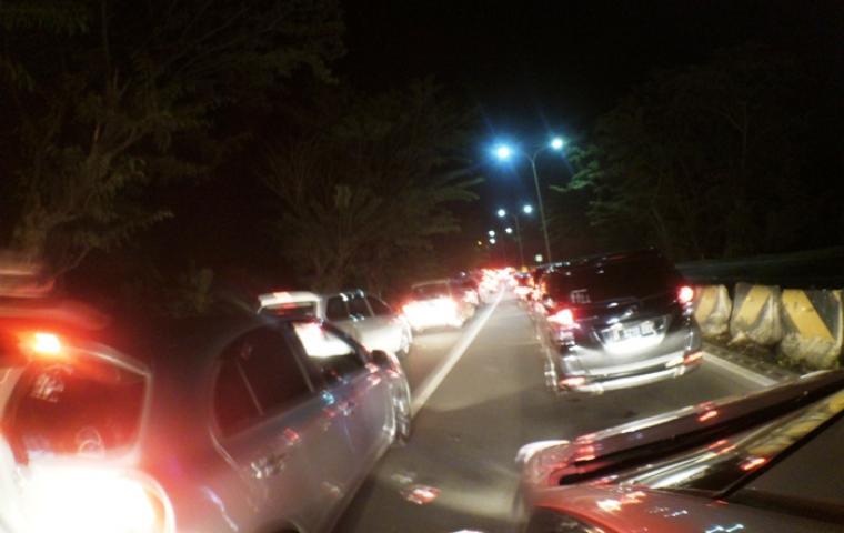 Kemacetan kendaraan di ruas Tol Tangerang-Merak. (foto Ardi TitiNOL)