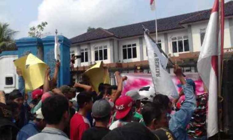 Puluhan massa saat menggelar aksi demo di halaman Kantor Dindikbud Kabupaten Lebak. (Foto: TitikNOL)