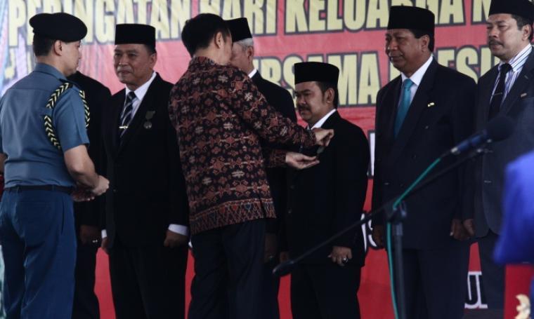 Wali Kota Serang, Tb Haerul Jaman saat di sematkan penghargaan oleh Presiden RI Joko Widodo di Alun-Alun Provinsi Nusa Tenggara Timur (NTT), Kupang, Sabtu (30/7/2016). (Foto: TitikNOL)