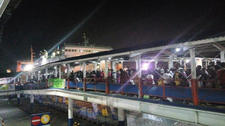 Ribuan pemudik terlihat memadati gangway di dermaga satu Pelabuhan Merak. (Foto:TitikNOL)M