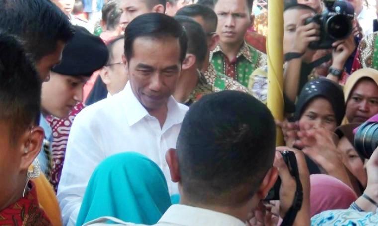 Presiden Joko Widodo saat memberikan sembako kepada warga di Kota Serang, pekan kemarin. (Dok:TitikNOL)