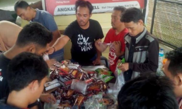 Sejumlah relawan FBn dan Bahasa Jawa Serang saat menyiapkan bantuan berupa sembako untuk korban banjir. (Foto: TitikNOL)