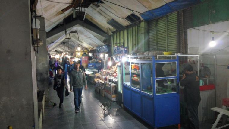 Suasana gangway terminal Merak yang di penuhi pedagang. (foto:TitikNOL)