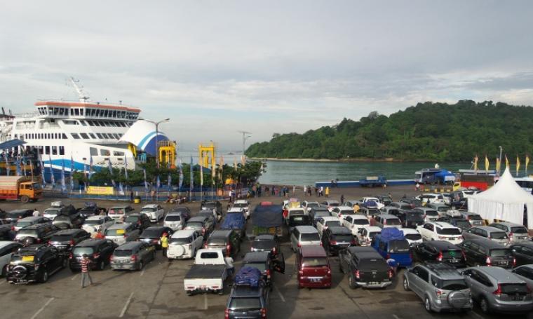 Kendaraan pemudik mengantri untuk menunggu giliran masuk ke kapal di Pelabuhan Merak. (Foto: TitikNOL)