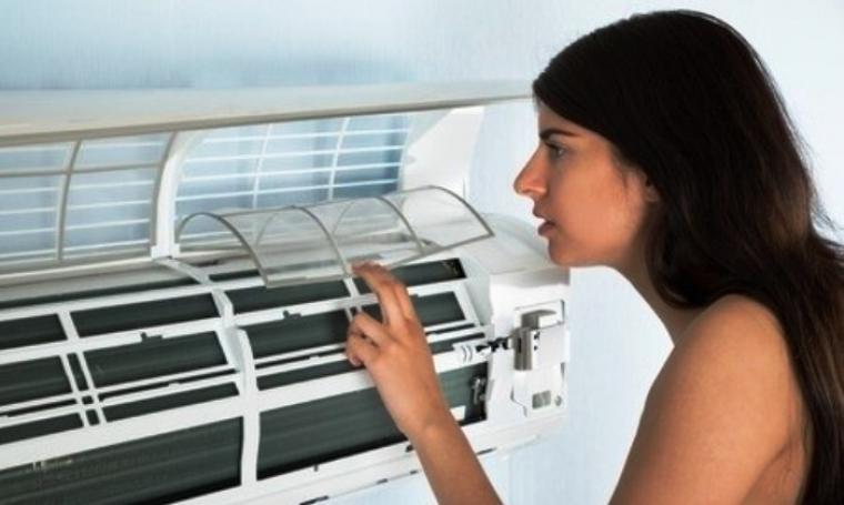 Ilustrasii wanita sedang cek kondisi AC (Air Conditioner). (Dok: sobellasep)