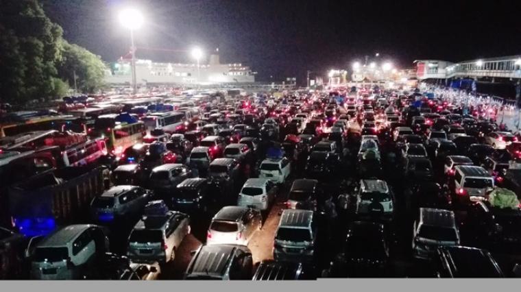 Suasana antrean kendaraan didermaga Pelabuhan Merak. (Foto: TitikNOL)