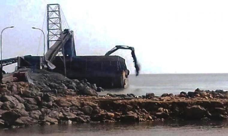 Sebuah kapal tongkang saat membuang clinker ke laut di sekitar dermaga milik PT Cemindo Gemilang di Kecamatan Bayah, Kabupaten Lebak. (Foto: Ist)