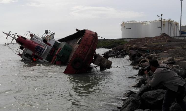 Kapal TB Rokan, karam di Jetty Agung Jaya Pulorida, Merak, Kota Cilegon akibat dihantam gelombang. (Foto: TitikNOL)