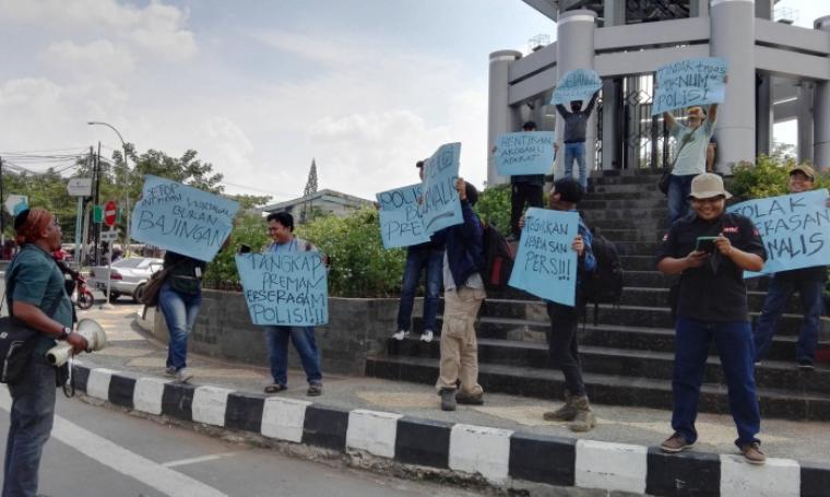 Sejumlah wartawan yang tergabung dalam Pokja Wartawan Harian Cilegon saat menggelar aksi solidaritas di Simpang Tiga Cilegon. (Foto: TitikNOL)