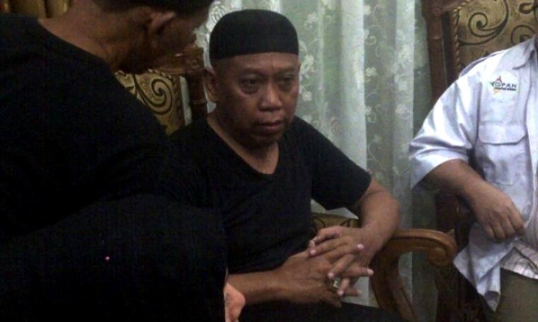 Nampak komedian Tukul Arwana merasakan kesedihan yang begitu mendalam pasca sang istri meninggal dunia. (Dok: merdeka)