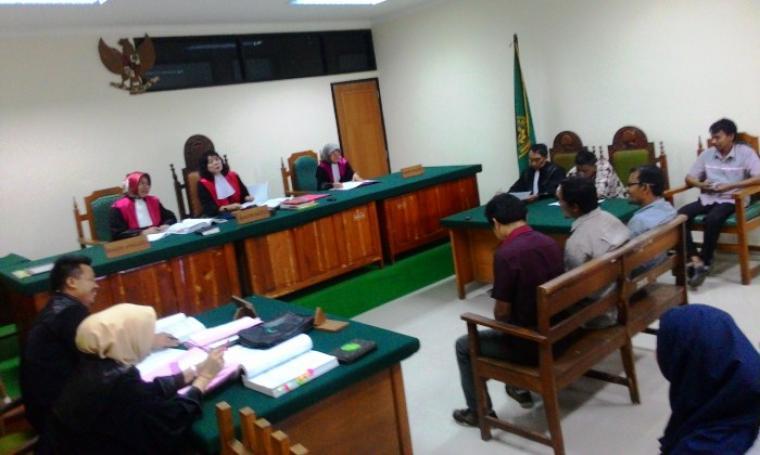 Terdakwa Misri dan Safaat saat mengikuti persidangan kasus dugaan penyelewengan beras miskin (raskin) di Pengadilan Negeri (PN) Serang, Senin (01/8/16). (Foto: TitikNOL)