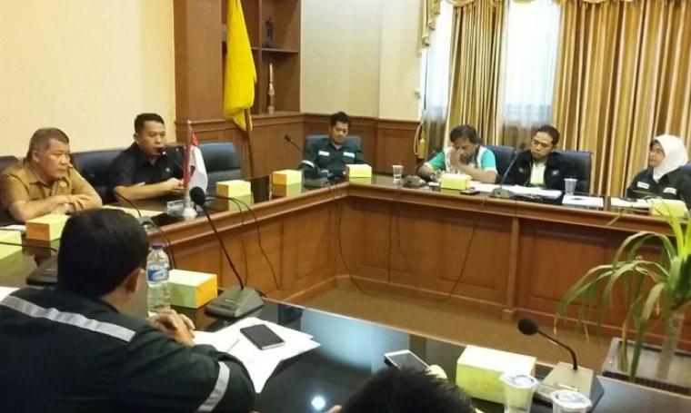 Wali Kota Cilegon Tubagus Iman Ariyadi saat menggelar mediasi dengan perwakilan DPC FSPKEP, Disnaker dan PT Cabot Indonesia di ruang rapat wali kota, Senin (1/8/2016). (Foto: TitikNOL)