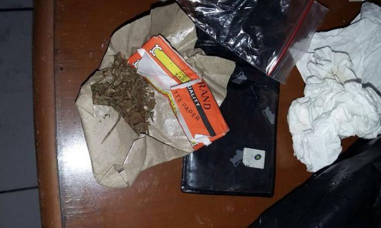 1 paket ganja beserta kertas papirnya barang bukti yang diamankan dari tangan Toto Sinaga saat diamankan Diriketorat Reserse Narkoba Kepolisian Daerah (Polda) Banten.