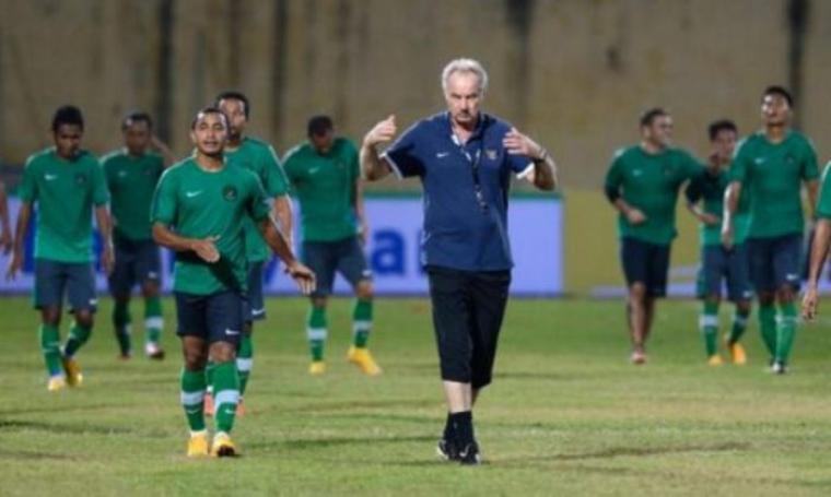 Alfred Riedl bersama Timnas Indonesia saat latihan. (Dok: kakimerapi182)