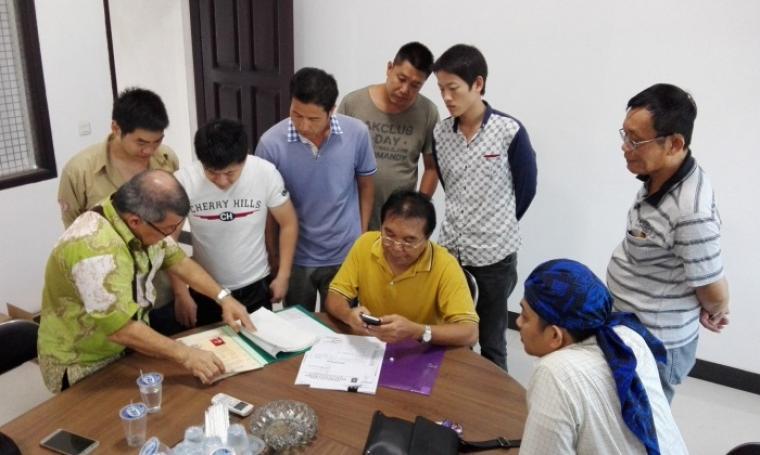 Timpora saat melakukan pemeriksaan dokumen TKA asal Tiongkok di PT Semen Jakarta, Kamis (4/8/2016). (Foto: TitikNOL)