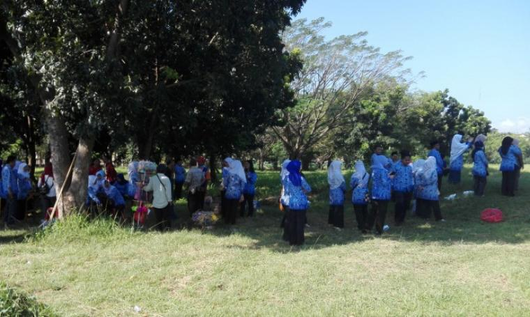 Sejumlah PNS Pemkot Cilegon berkumpul dibawah pohon setelah tidak boleh mengikuti upacara dikarenakan datang terlambat, Rabu (17/8/2016). (Foto: TitikNOL)