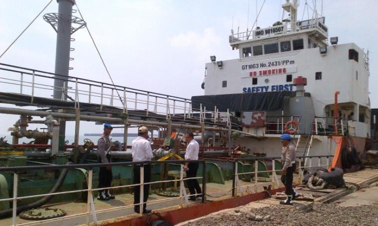 Kapal Tanker Elektra bermuatan BBM diduga ilegal, diamankan Polda Banten di Pelabuhan Indonesia II Bojonegara. (Foto: TitikNOL)