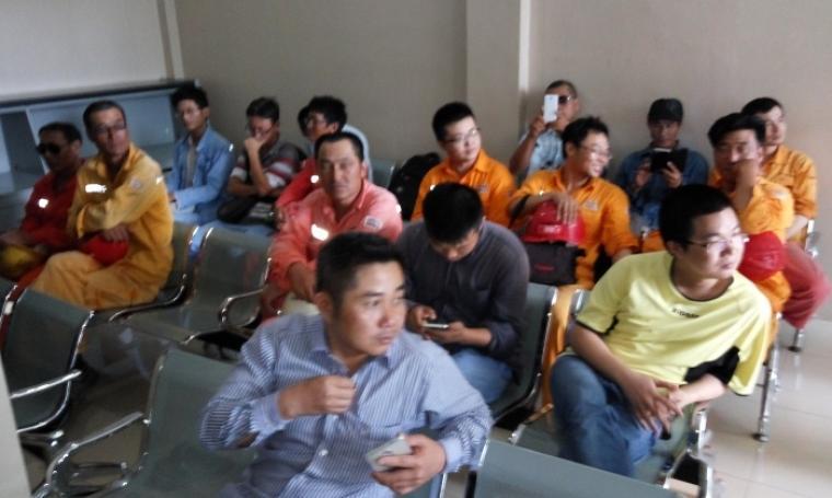 TKA asal Tiongkok yang diduga ilegal saat berada di Aula yang berada di belakang kantor Imigrasi untuk dilakukan pemerikaaan lebih lanjut. (Foto: TitikNOL)