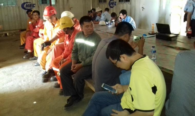 Sejumlah TKA asal Tiongkok yang diduga ilegal tengah di kumpulkan oleh petugas Imigrasi kelas 1 Serang di kantor PT. China Harbour Indonesia di kawasan pabrik Semen Merah Putih. (Foto: TitikNOL)