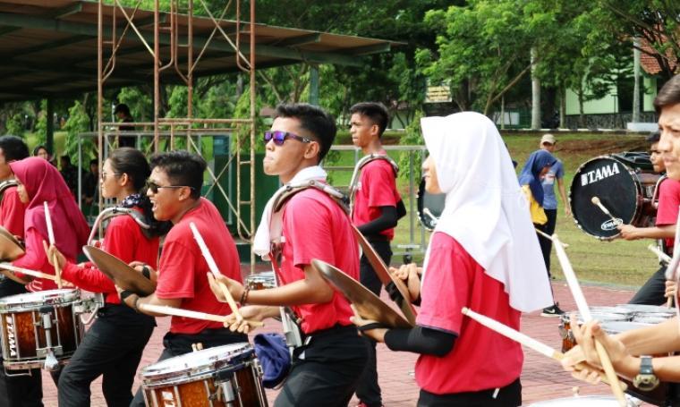 Sejumlah Atlet Gita Surosowan Banten Tengah Bermain Drum Corp. (foto: TitikNOL)