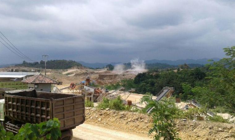 Kondisi saat peledakan Dynamite (peledak) di lokasi pertambangan Quarry Pamubulan. (Foto: TitikNOL)