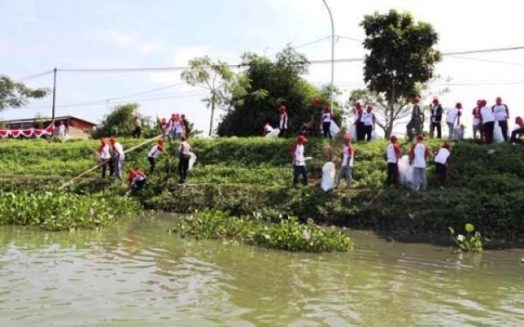 Puluhan warga dan jajaran DSDAP Banten saat melakukan aksi bersih di Situ Terate, Kecamatan Cikande, Kabupaten Serang. (Dok: topmedia)