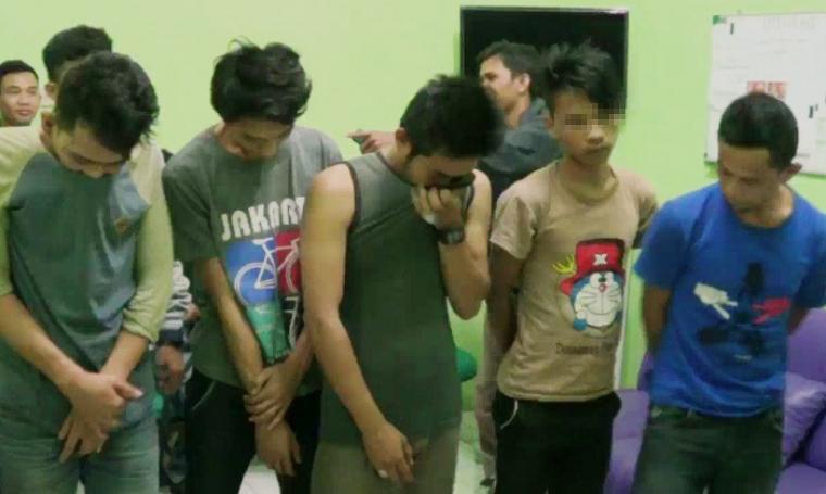 Kelima pelaku pengedar dan pemakai narkoba jenis sabu yang berhasil ditangkap pihak Ditresnarkoba Polda Banten. (Foto: TitikNOL)